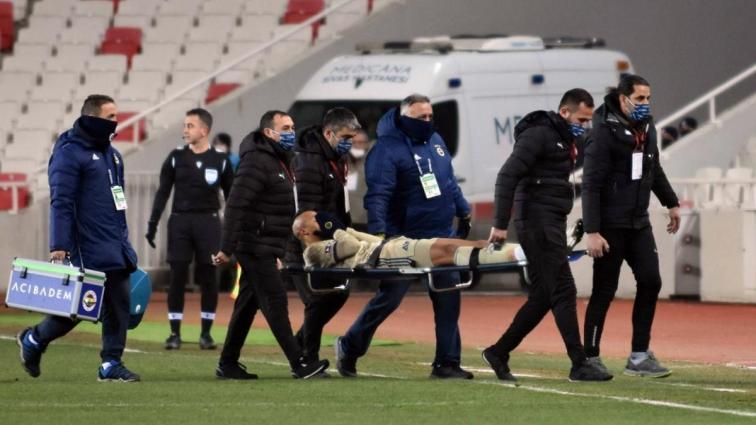 Fenerbahçe'de Marcel Tisserand sakatlanarak sedyeyle oyundan alındı