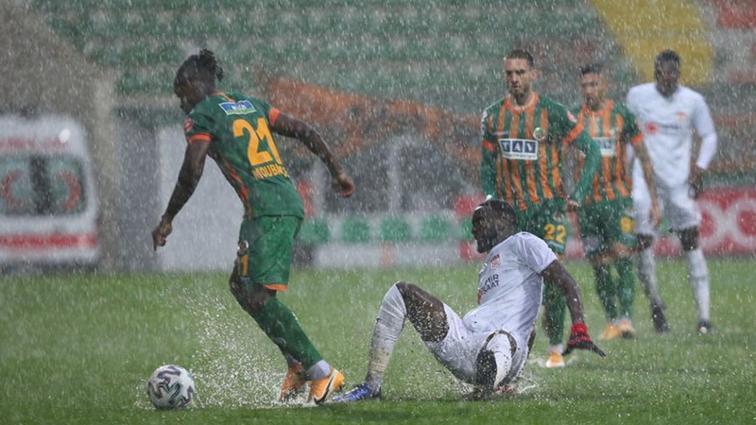 Alanyaspor-Sivasspor mücadelesi yarıda kaldı! Yarına ertelendi...