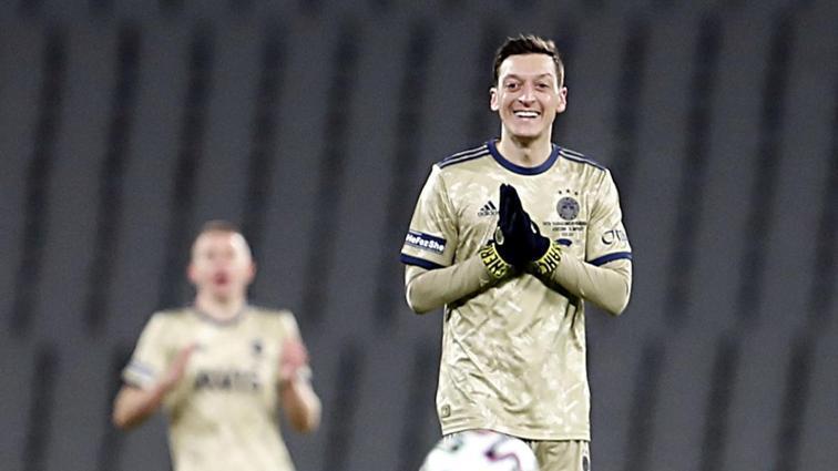 Mesut Özil'in imzaladığı 3 forma inanılmaz rakama satıldı
