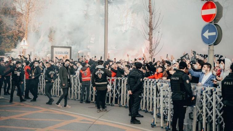 Beşiktaş taraftarı takımlarını meşalelerle karşıladı