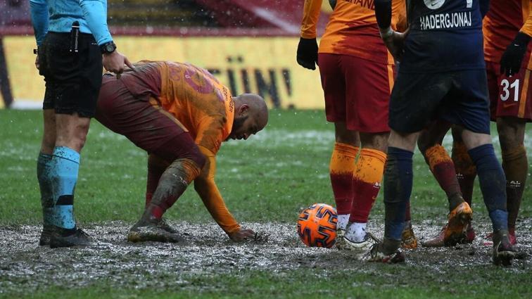 Galatasaray, TT Stadı'nın zemininin tamamını rejenerasyon örtüsüyle kapattı