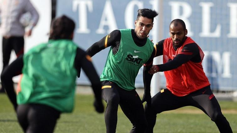 Galatasaray pas ve top kapma çalıştı