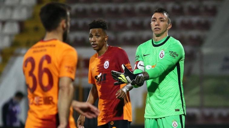 Galatasaray şampiyonluk şansını rakiplerinin hatasına bıraktı