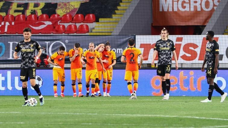 Galatasaray İzmir'de kazandı, yeniden yarışa döndü! 1-3