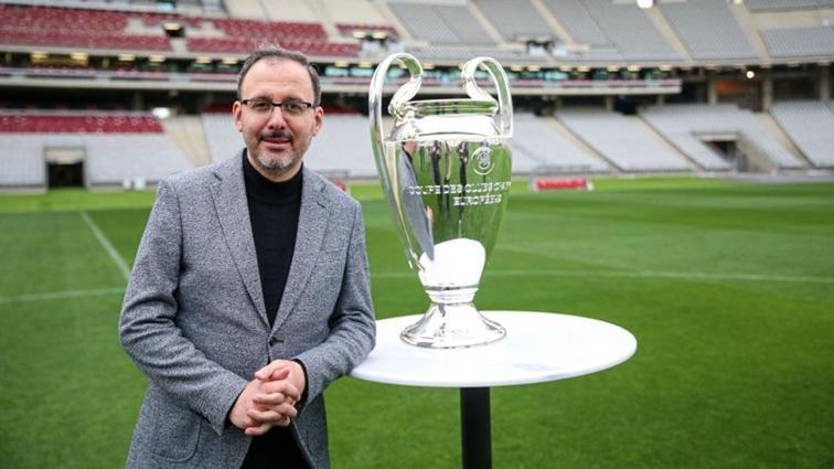 Bakan Kasapoğlu Şampiyonlar Ligi kupasıyla poz verdi