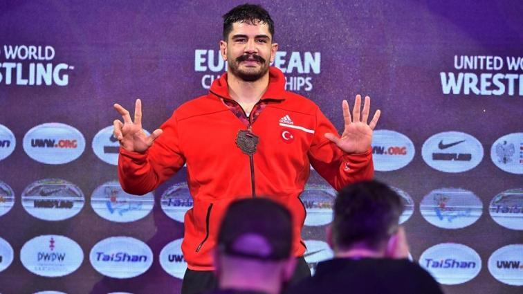 Bakan Kasapoğlu, milli güreşçilerimizi tebrik etti