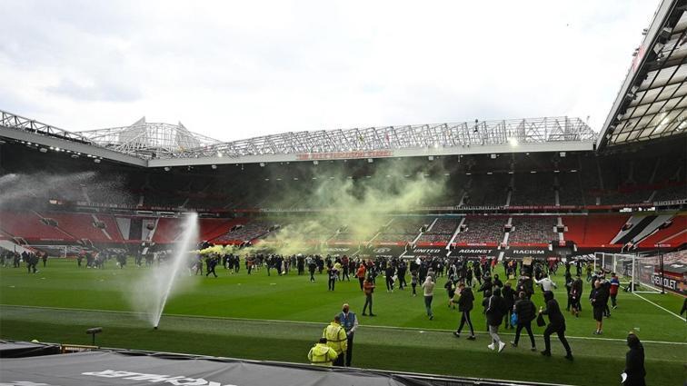 Böylesi görülmedi! Old Trafford'daki işgal, maç erteletti