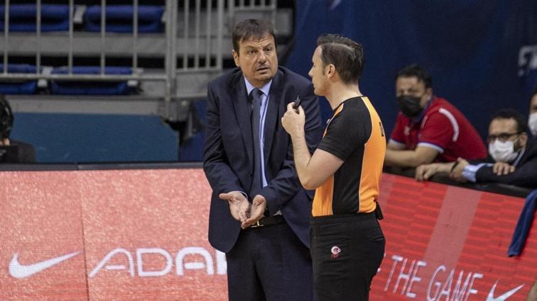 Anadolu Efes Başantrenörü Ergin Ataman, Fenerbahçe Beko maçında hakeme tepkisini böyle gösterdi