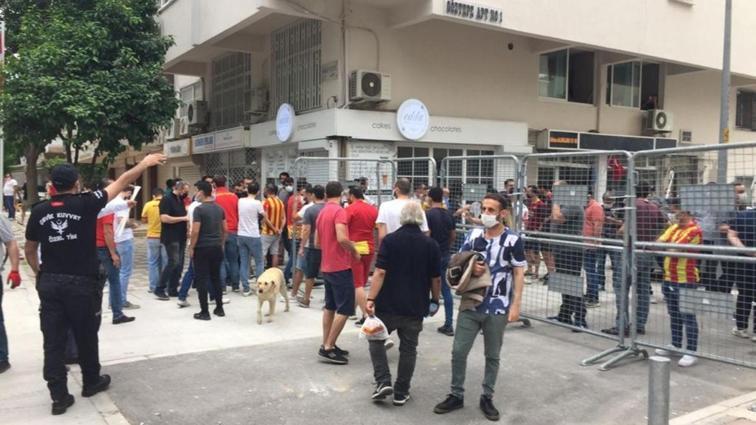 Göztepe taraftarları, Beşiktaş maçında stada girmeyi bekliyor