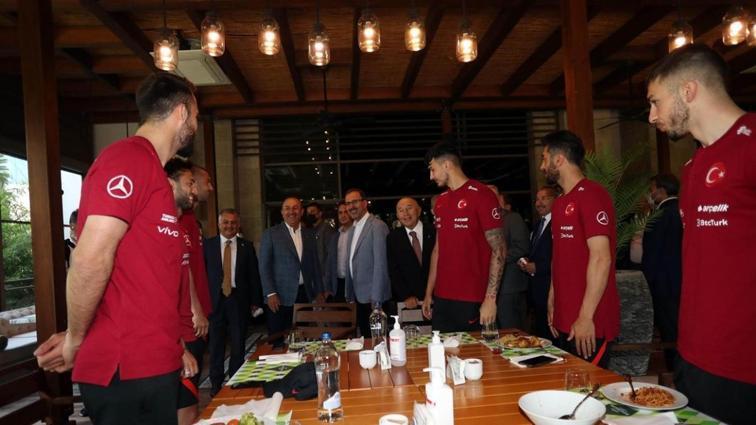 Bakan Kasapoğlu ve Bakan Çavuşoğlu, milli takımımızı ziyaret etti