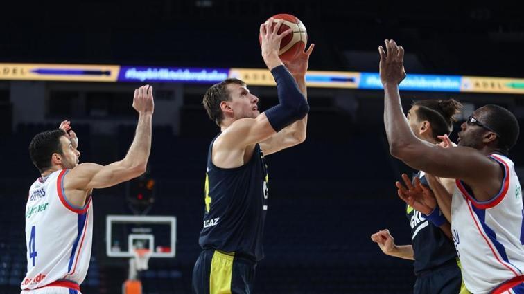 Anadolu Efes Fenerbahçe Beko'ya 40 sayı fark attı, seride 1-0 öne geçti
