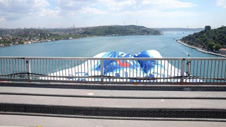 Avrupa şampiyonu Anadolu Efes'in bayrakları köprülerde
