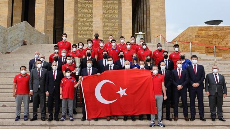 Şampiyon Anadolu Efes, EuroLeague kupasını Anıtkabir'e götürdü