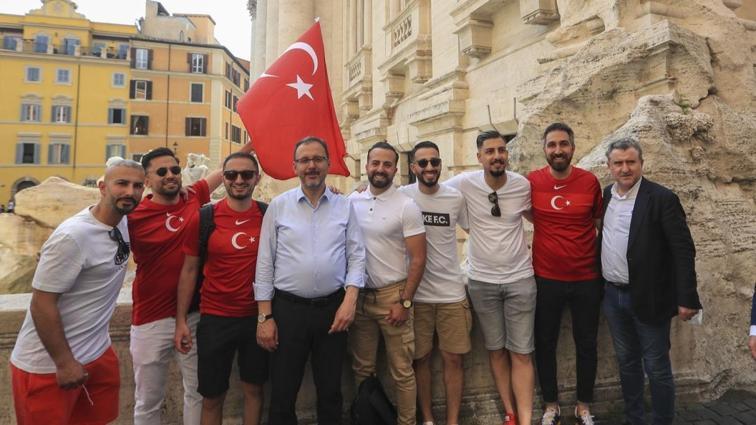 Gençlik ve Spor Bakanı Mehmet Muharrem Kasapoğlu, Roma'da Türk taraftarlarla bir araya geldi