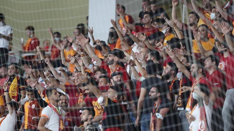 Galatasaray-PSV Eindhoven maçında şişe fırlatan taraftar tribünden dışarı çıkarıldı